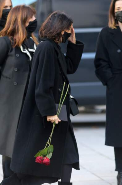 """Pour les obsèques de Cyril Colbeau-Justin, à la basilique Sainte-Clotilde dans le 7ème arrondissement de Paris, Florence Foresti tenait deux roses rouges à la main, un symbole de """"l'amour éternel""""."""