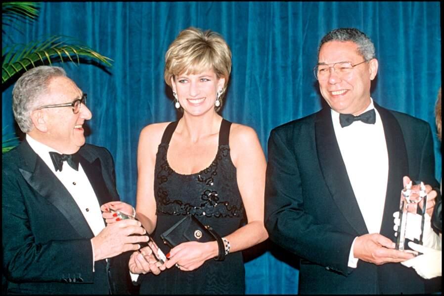 """La princesse Diana, Henry Kissinger et Colin Powell à la soirée """"Humanitarian of the Year Award"""", à New York, en 1995"""