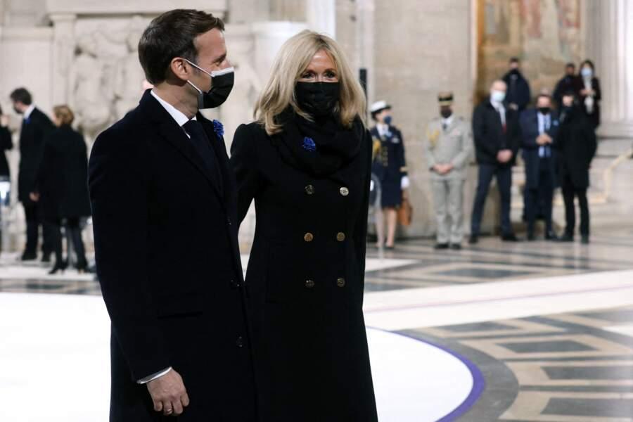 Emmanuel et Brigitte Macron vont accueillir leurs invités du soir, toujours bras dessus bras dessous