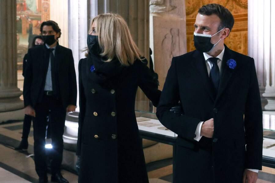 Emmanuel et Brigitte Macron quittent la cérémonie de panthéonisation de Maurice Genevoix, toujours bras dessus bras dessous