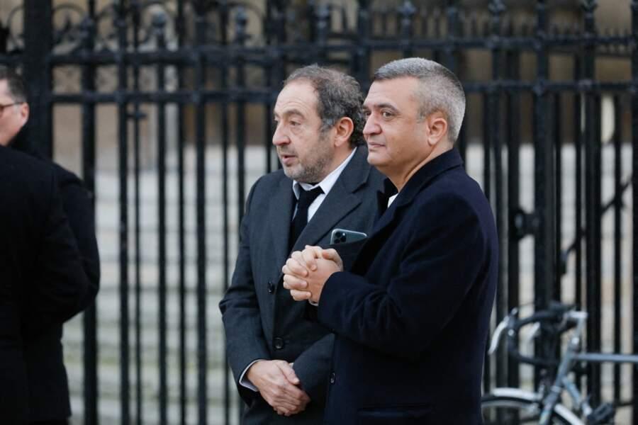 Patrick Timsit et Thomas Langmann étaient présents à la sortie des obsèques de Cyril Colbeau-Justin, qui ont eu lieu à la basilique Sainte-Clotide de Paris, ce jeudi 12 novembre.