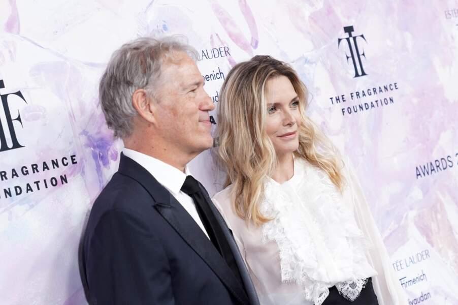 """David E. Kelley et Michelle Pfeiffer au photocall de la soirée des """"Fragrance Foundation Awards"""" à New York, le 5 juin 2019."""