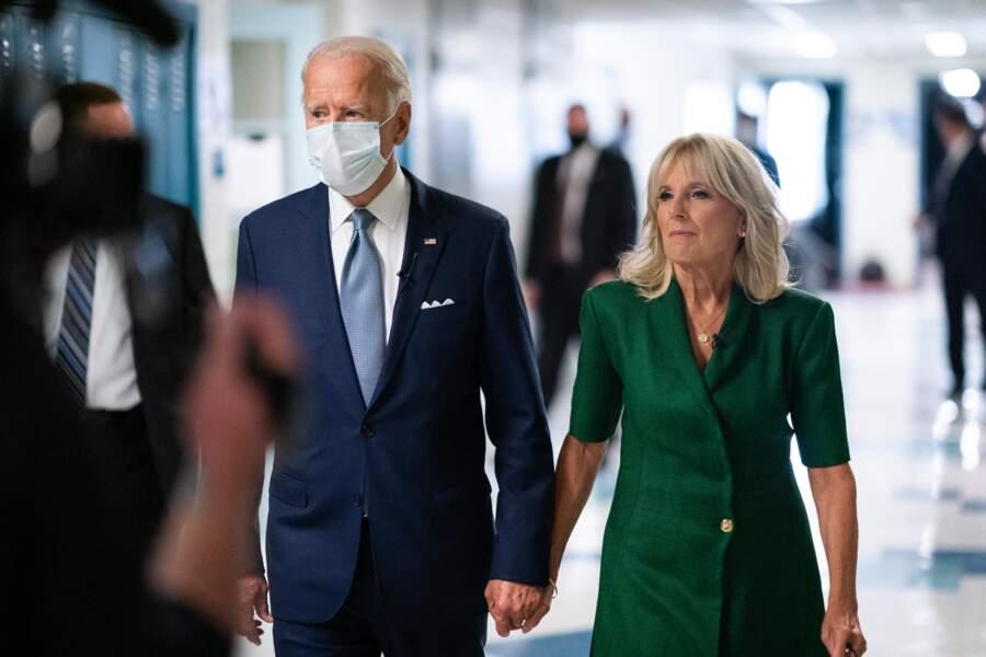 Main dans la main, le couple avance vers la Maison Blanche, plus uni que jamais.