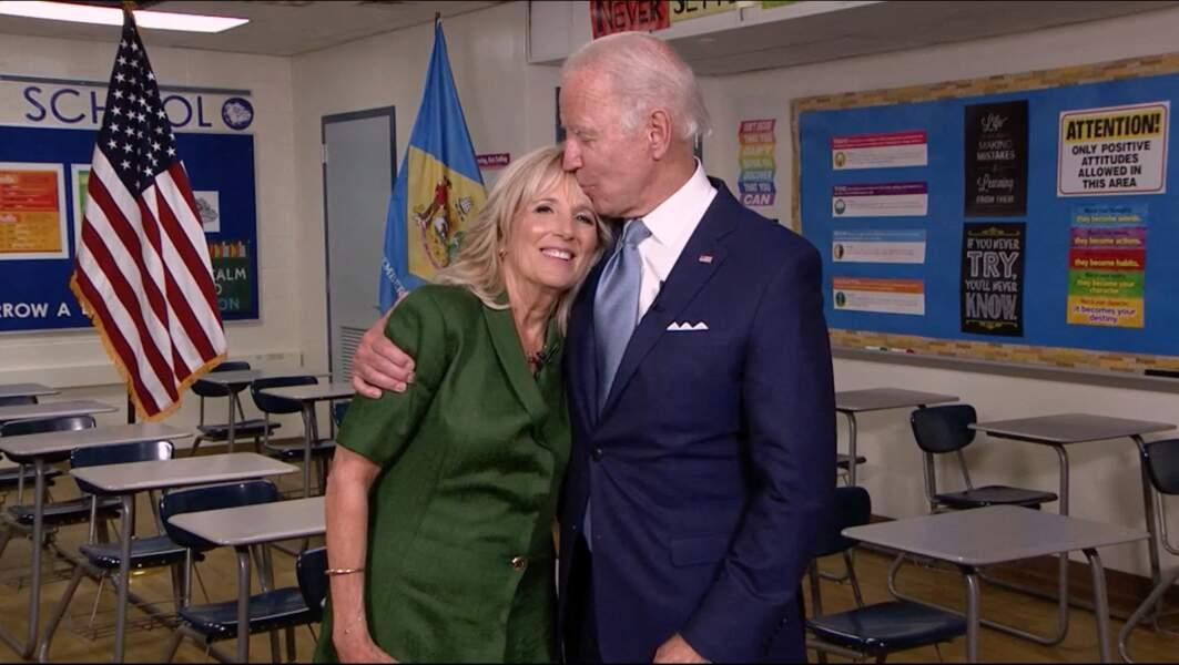 Profondément épris de sa femme, Joe Biden n'hésite pas à câliner Jill devant les caméras.