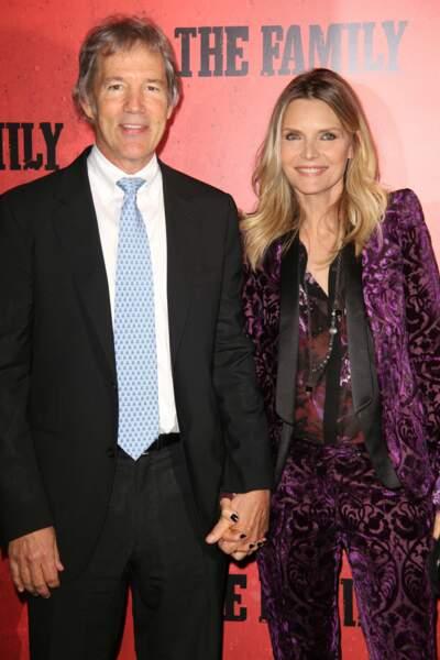 """Michelle Pfeiffer et son époux, David E.Kelley, à la première du film """"The Family"""", à New York en 2013."""