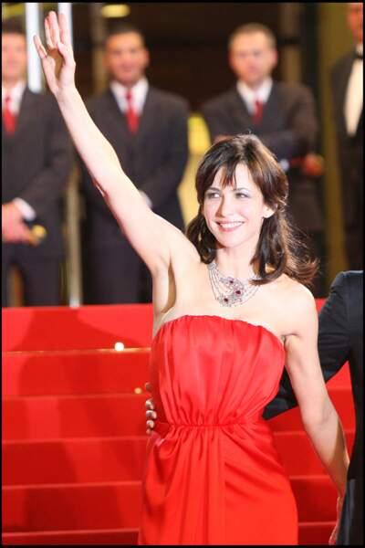 Sophie Marceau, sublime et incendiaire en rouge à Cannes