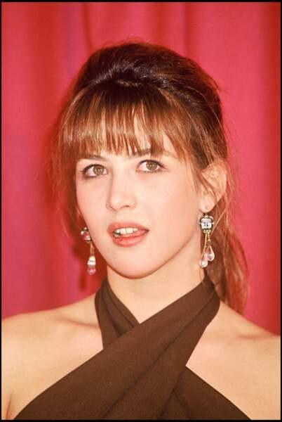 À l'aube des années 1990, Sophie Marceau opte pour des reflets auburn