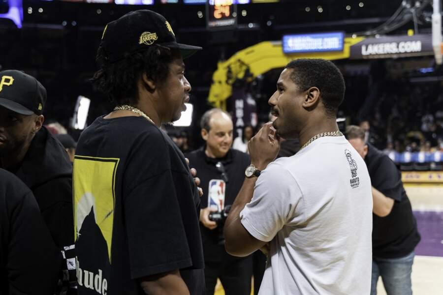 Michael B.Jordan discute avec Jay Z au match de basketball NBA opposant les Los Angeles Lakers aux Milwaukee Bucks au Staples Center à Los Angeles, le 6 mars 2020