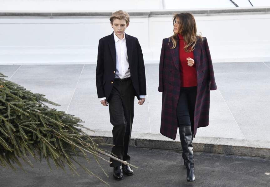 Barron Trump et Melania découvrent l'arbre de Noël de la Maison-Blanche en novembre 2017