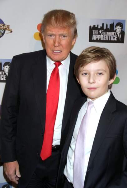 """Barron Trump et son père Donald Trump lors de la soirée de la série """"The Celebrity Apprentice"""" à New York le 18 février 2015."""