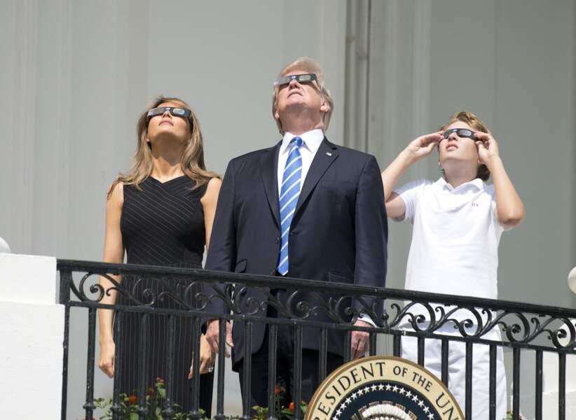 Barron Trump regarde l'éclipse solaire au balcon présidentiel de la Maison-Blanche, en aout 2017