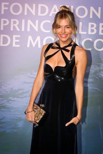 Une frange rideau pour Sienna Miller qui habille avec douceur son attache.