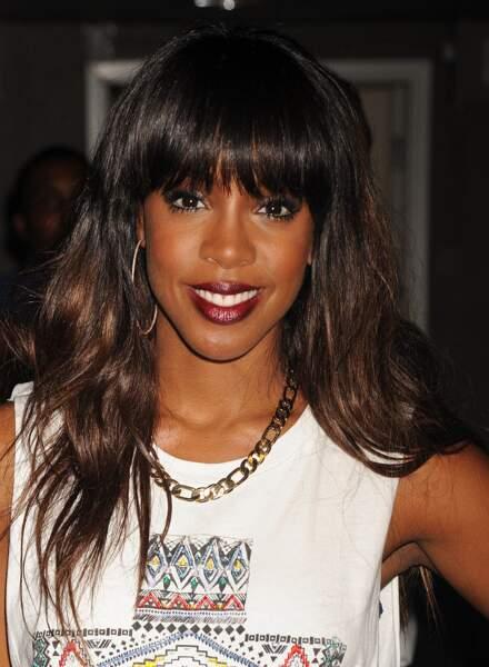Kelly Rowland change régulièrement de coiffure. Ici, elle porte une frange longue et bombée.