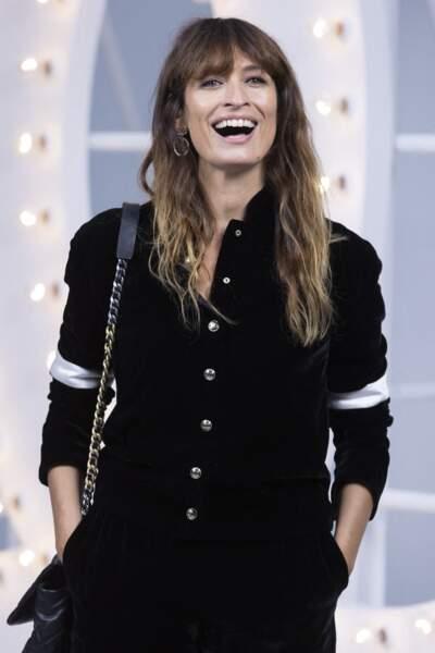 Caroline de Maigret, très belle au défile Chanel, avec sa frange et ses longueurs ondulées.