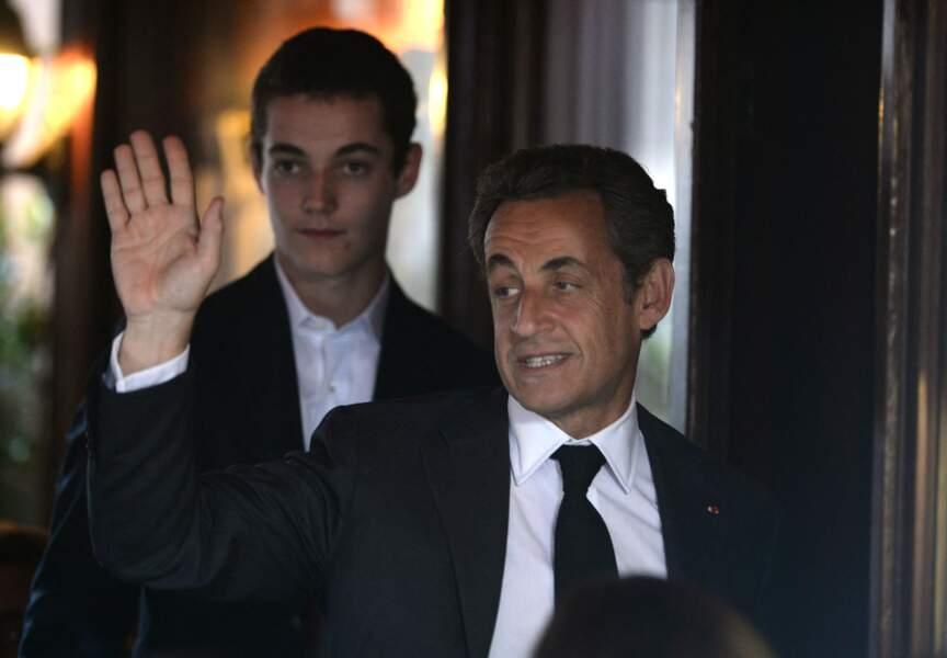 Nicolas Sarkozy et Louis Sarkozy de sortie au restaurant, en juillet 2014, à Paris.