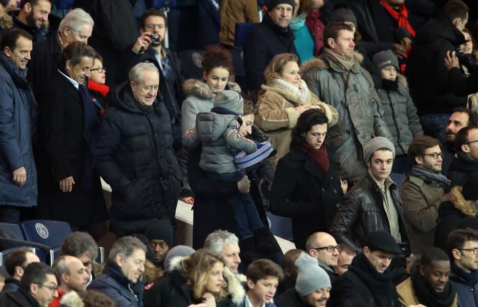 Nicolas Sarkozy, avec son fils Jean Sarkozy, son petit-fils Solal, et son autre fils Louis Sarkozy, dans les tribunes lors du match PSG - Angers au Parc des Princes à Paris, le 23 janvier 2016.
