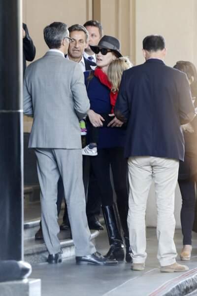 Nicolas Sarkozy, Carla Bruni Sarkozy et leur fille Giulia quittent leur hôtel à Los Angeles pour se rendre à l'aéroport LAX de Los Angeles le 29 avril 2014.
