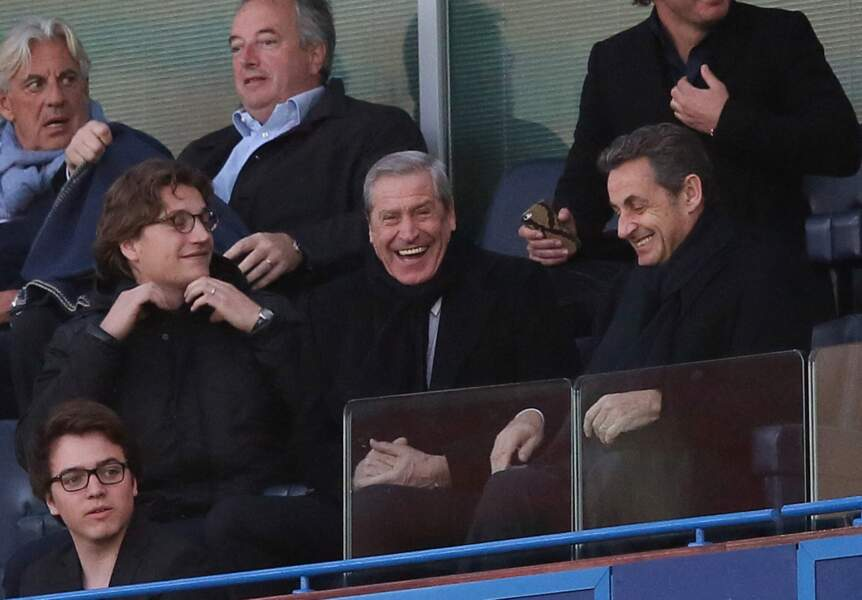 Nicolas Sarkozy en pleine discussion avec son fils Jean Sarkozy et l'homme d'affaires Jean-Claude Darmon, lors d'un match de Ligue des Champions PSG-Chelsea au stade Stamford Bridge à Londres, le 8 avril 2014.