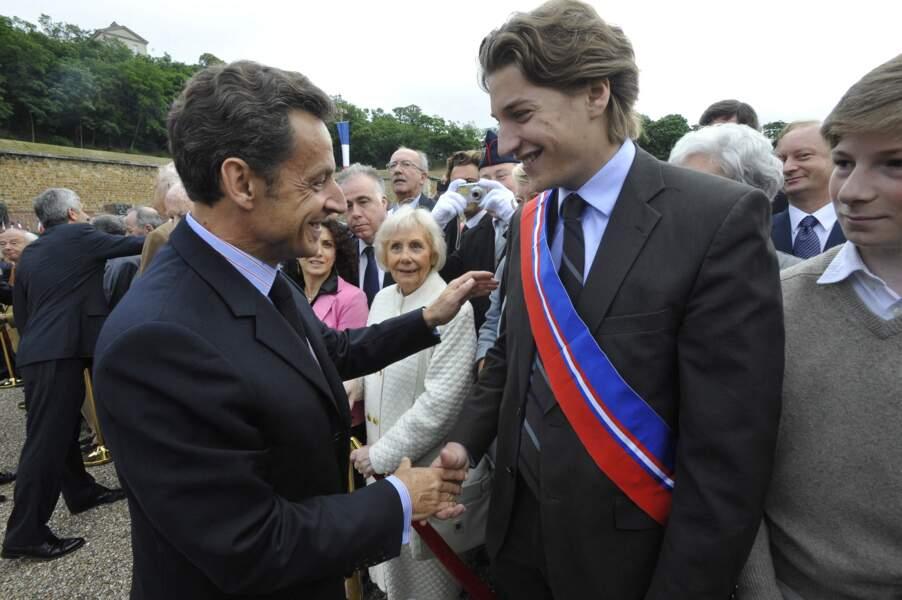 En 2009, Nicolas Sarkozy salue son fils Jean Sarkozy, alors conseiller général des Hauts-de-Seine, à l'occasion du 69ème anniversaire de l'appel du 18 juin 1940.