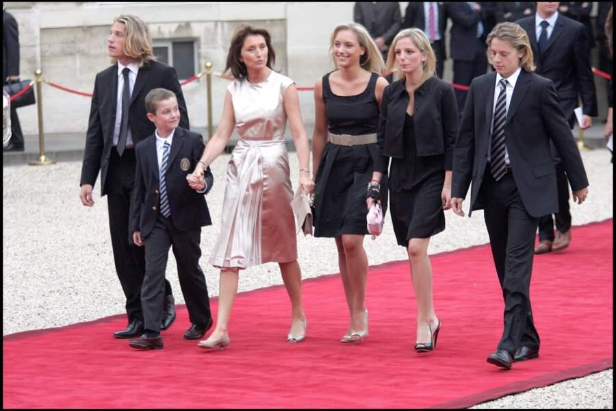 Jean Sarkozy, Louis Sarkozy et Pierre Sarkozy, accompagné de Cécilia Attias et de ses filles, lors de la passation de pouvoir entre Jacques Chirac et Nicolas Sarkozy en 2007.