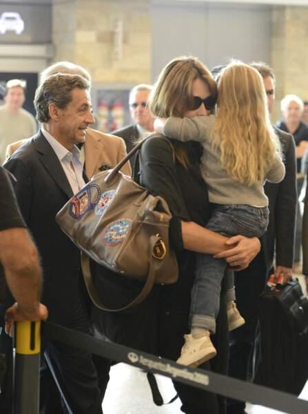 Nicolas Sarkozy, avec son épouse Carla Bruni et leur fille Giulia, qui arrivent à l'aéroport international Ezeiza à Buenos Aires en Argentine, le 30 août 2015.