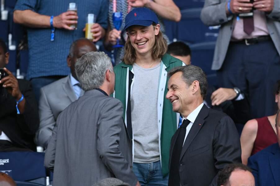 Nicolas Sarkozy et son fils, Pierre, qui discutent avec l'entraîneur de football José Mourinho, lors de la coupe du monde féminine de football, en juin 2019, au Parc des Princes.