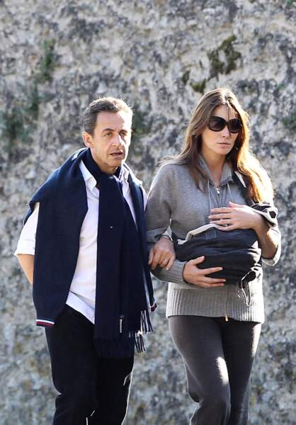 Nicolas Sarkozy, en balade avec Carla Bruni et leur petite fille Giulia, en 2011, à La Lanterne.