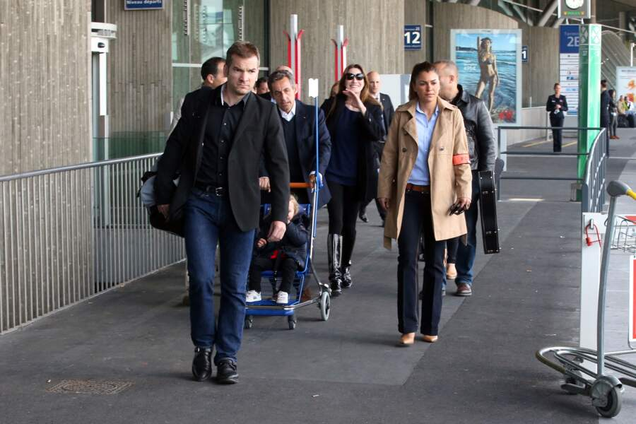 Nicolas Sarkozy, avec son épouse Carla Bruni et leur fille Giulia, à l'aéroport de Roissy le 30 avril 2014.