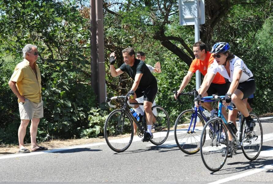 En 2010, Nicolas Sarkozy et son fils Jean sont photographiés en train de faire du vélo ensemble près du Lavandou, dans le sud de la France.