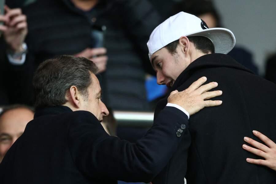 Nicolas Sarkozy et son fils Louis Sarkozy, lors d'un match PSG-Montpellier, au Parc des Princes, le 20 décembre 2014.