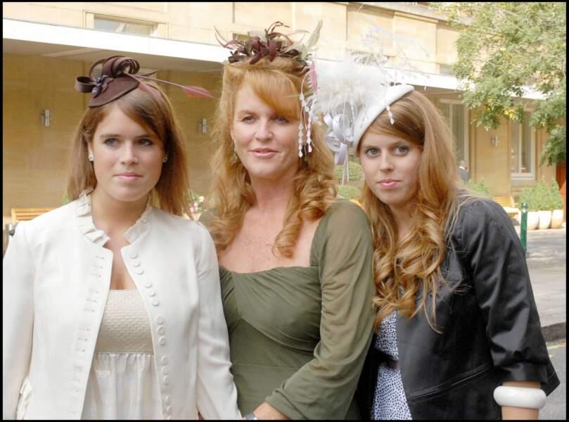 Jamais loin, Sarah Ferguson pose fièrement avec ses filles Eugenie et Beatrice au mariage de Chloe Delevingne et Louis Buckworth en 2007.