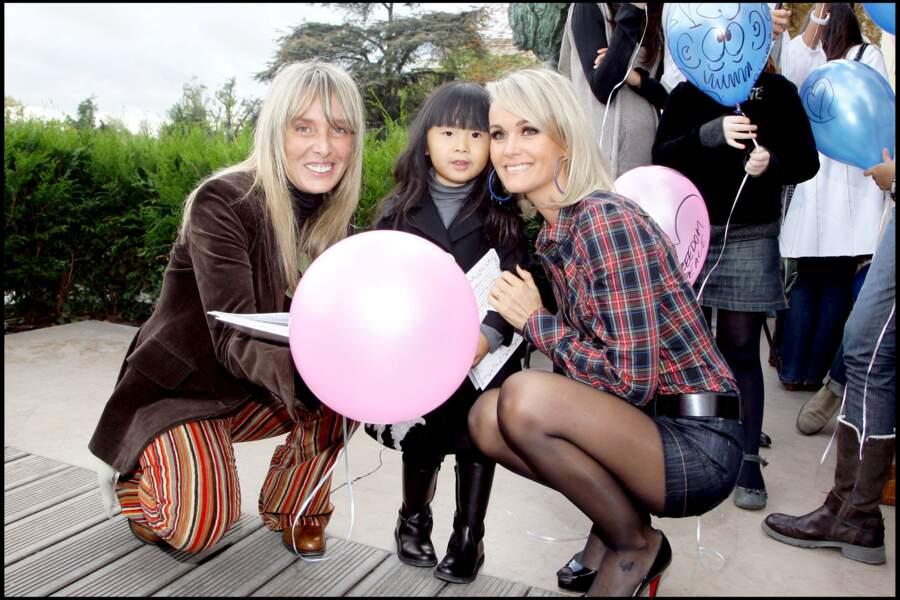 Jade Hallyday, avec sa mère Laeticia (droite) et Valeria Attinelli, auteure du personnage de Blabla.