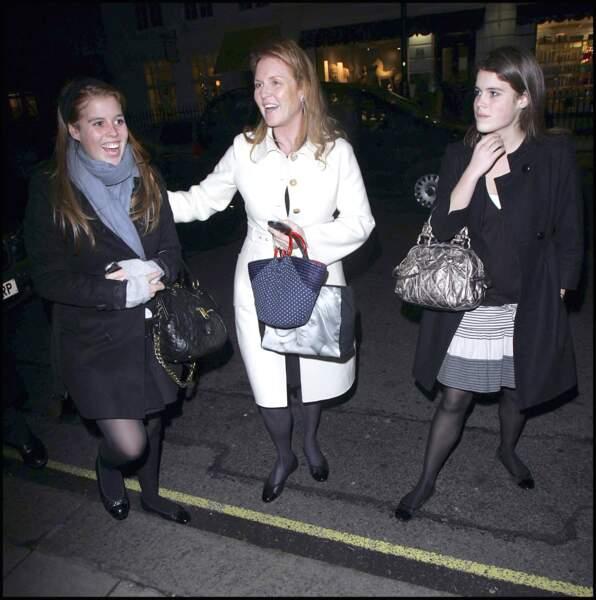 Virée festive à l'hôtel Claridge en 2006 pour Eugenie, Beatrice et leur mère Sarah Ferguson.