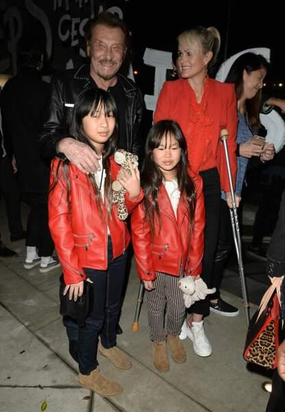Jade Hallyday, avec Johnny, sa soeur, Joy et sa mère Laeticia, à l'occasion d'un vernissage à Los Angeles, en février 2017.