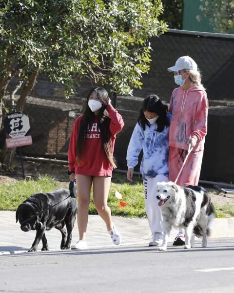 Jade Hallyday, avec sa soeur Joy et sa mère, Laeticia Hallyday, en train de se promener à Los Angeles, en avril 2020.