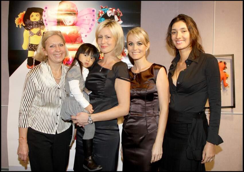 Jade Hallyday, dans les bras de Luana Belmondo, son ancienne marraine, avec sa mère Laeticia Hallyday (à droite), en novembre 2008.