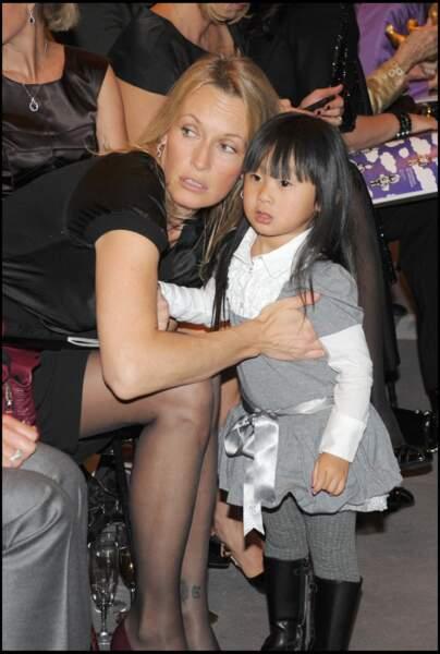 Jade Hallyday, avec Estelle Lefébure, lors de la vente aux enchères des poupées Frimousses, à Paris, en novembre 2008.