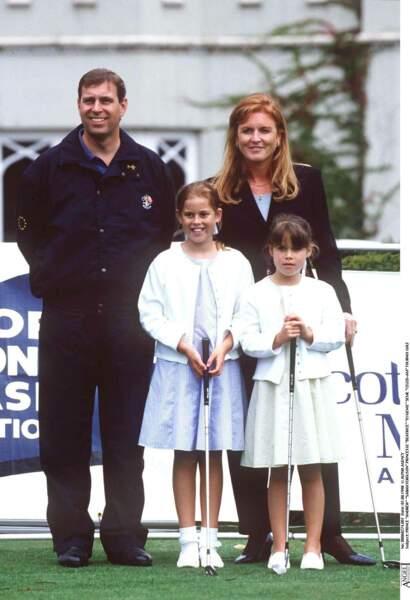 Sarah Ferguson pose tout sourire avec le prince Andrew et leurs deux filles lors d'un tournoi de golf en 1998.