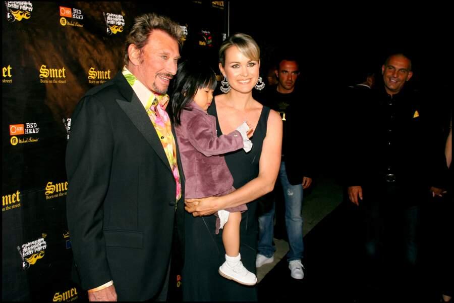 Johnny Hallyday, avec Laeticia et Jade à l'occasion de l'anniversaire de Christian Audigier, en mai 2007.
