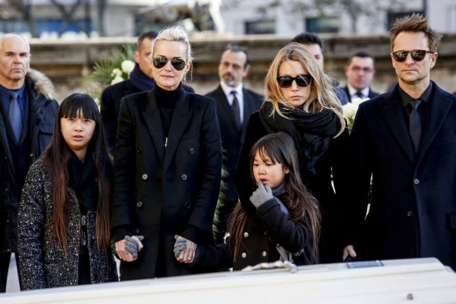 Jade Hallyday (à gauche), avec sa mère Laeticia Hallyday, sa soeur Joy, Laura Smet et David Hallyday, lors des funérailles de Johnny Hallyday, le 9 décembre 2017, à Paris.