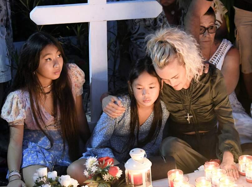 Jade Hallyday, avec sa soeur Joy et sa mère, pour l'anniversaire des deux ans de la mort de Johnny Hallyday, le 5 décembre 2019, à Saint Barth.