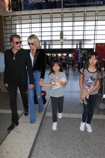 Johnny Hallyday, avec son épouse Laeticia et ses deux filles, Joy et Jade, à l'aéroport de Los Angeles, en juin 2016.