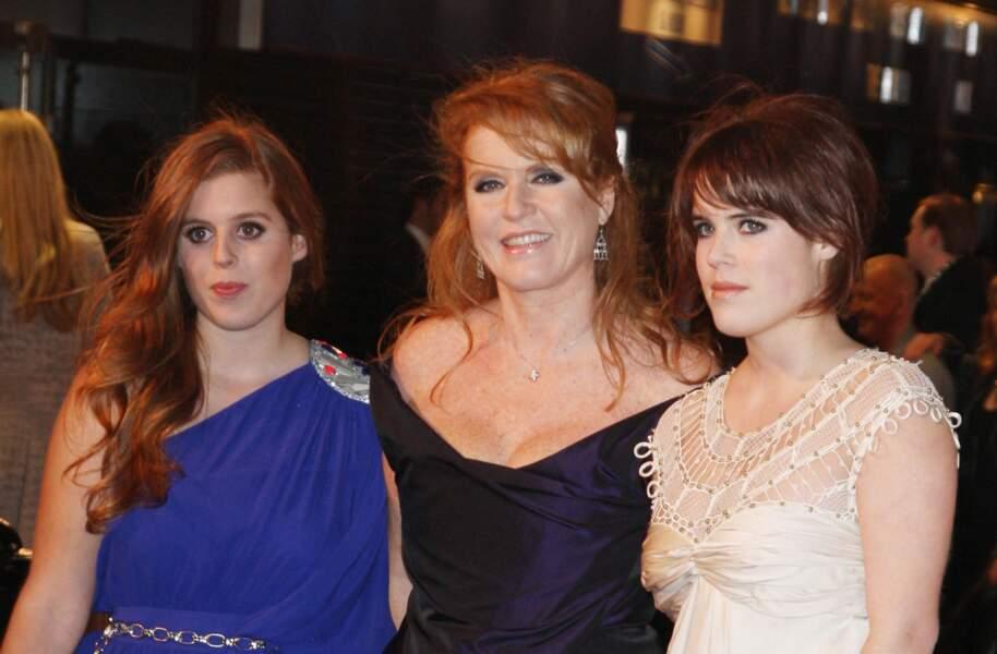 Soirée de gala entre copines pour Sarah Ferguson et ses filles Eugenie et Beatrice à l'avant-première du film The Young Victoria à Londres en 2009.