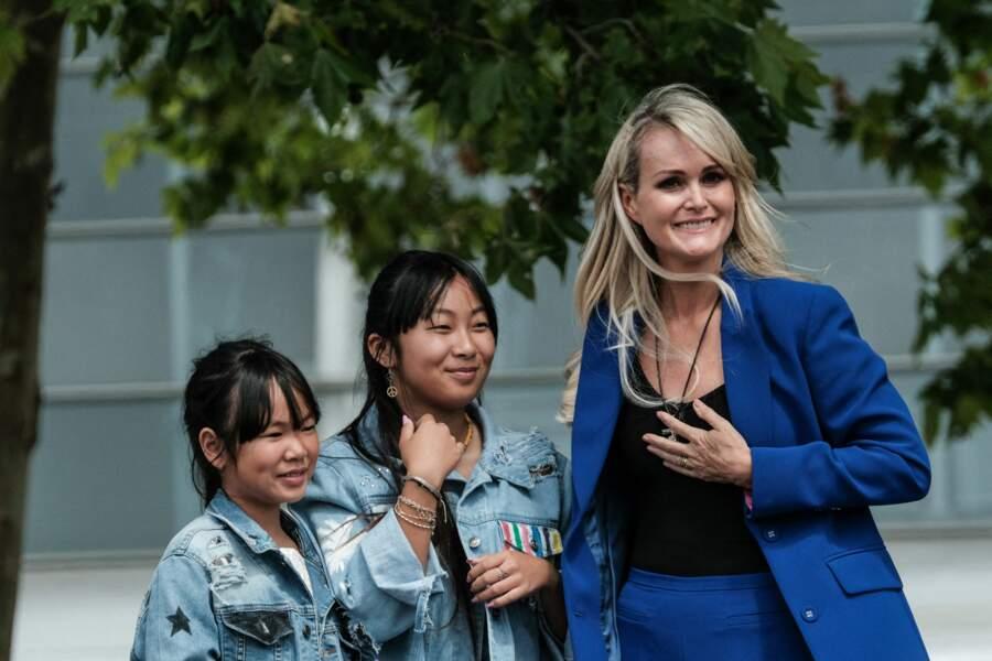 Jade Hallyday (au centre), avec sa soeur Joy et sa mère, Laeticia Hallyday, lors de l'inauguration d'une esplanade Johnny Hallyday, à Toulouse, le 15 juin 2019.