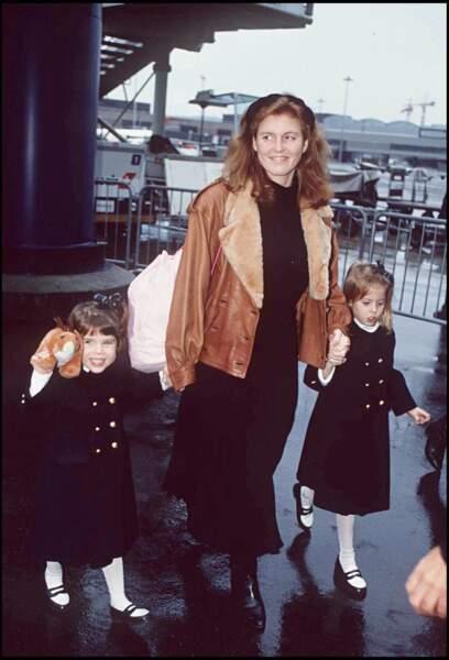 Sarah Ferguson, main dans la main avec ses deux fillettes Eugenie et Beatrice adorablement assorties avec le même manteau en 1994.