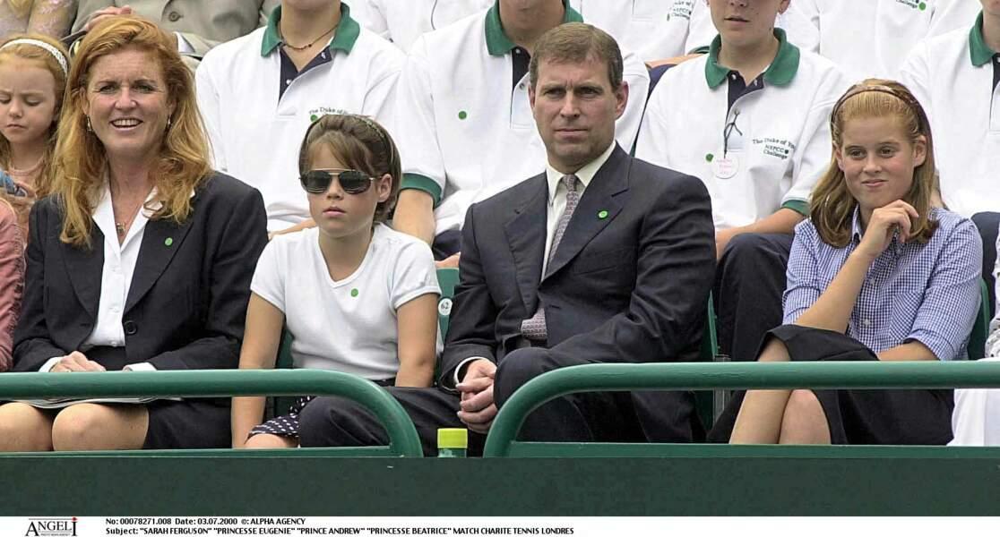 Jamais sans ses filles, Sarah Ferguson admire un match de tennis en 2000 en famille.