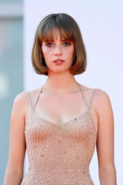 Maya Thurman-Hawke porte une frange légèrement bombée tout en délicatesse.