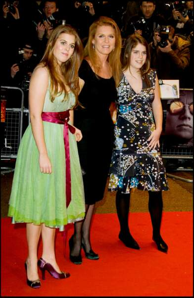 Complices, Sarah Ferguson et ses filles sortent régulièrement ensemble comme ici lors de la première du film Aviator à Londres en 2004.