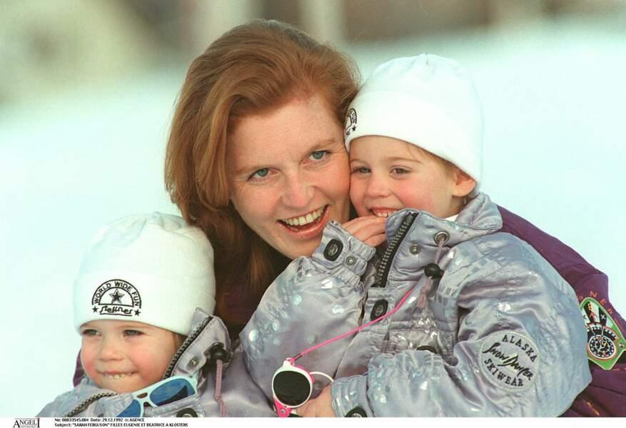 Sarah Ferguson très câline avec ses filles Eugenie et Beatrice sur les pistes enneigées en 1992.