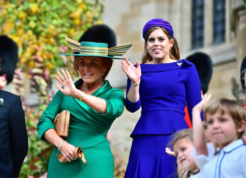 Sarah Ferguon et sa fille Beatrice très fières au mariage d'Eugenie avec Jack Brooksbank en la chapelle Saint-George du château de Windsor le 12 octobre 2018.